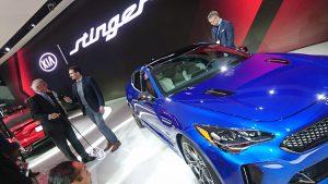 Legendarul Bob Lutz - fost Președinte la GM și Chrysler - intervievat în fața lui Kia Stinger, cel mai puternic model Kia din istorie